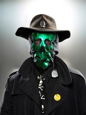 Человек в зеленой маске